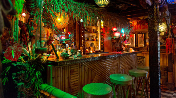 Hawaii Travel Tips - Arnold's Beach Bar is a Waikiki Bar Which You Can Find it In A Back Alley