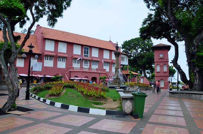 Stadthuys is An Old Dutch Hall Painted Red Color - Travel Guide Malaysia