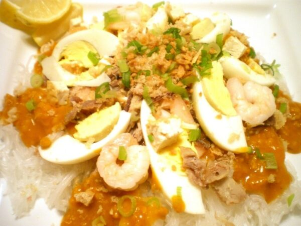 Traveling in Philippines - Pancit Palabok Uses Annato Plant in The Ingredients