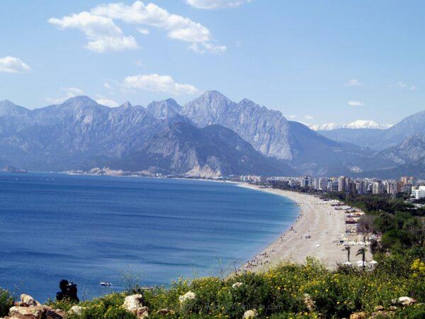 Antalya Beach Guide For Tourists - Konyaalti Beach is Located Between The Mountains of Beydağları